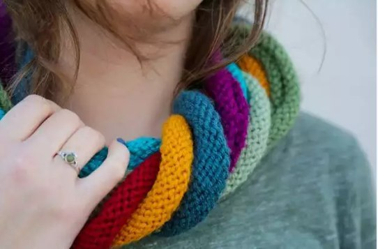 Оригинальный шарф спицами