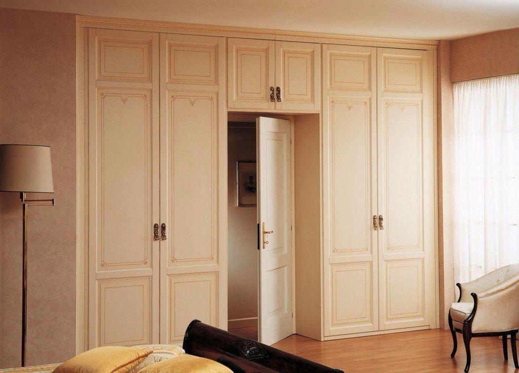 Идеи оборудования шкафа вокруг двери 3