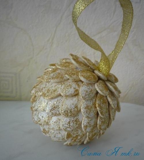 Новогоднее украшение из тыквенных семечек 5
