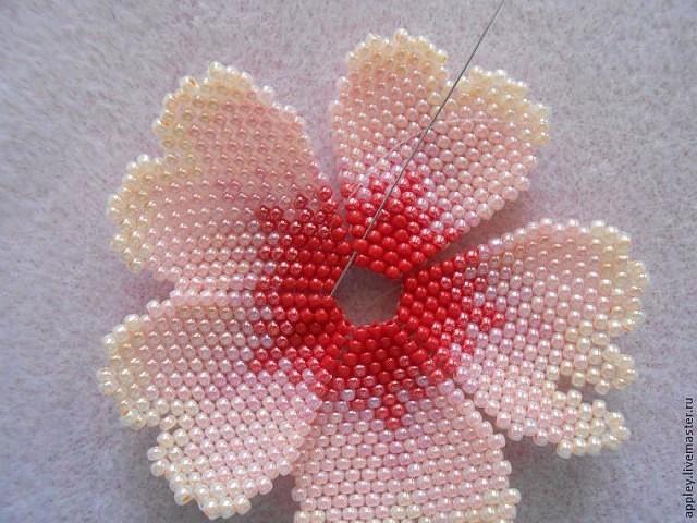 Как сплести маленький цветок из бисера