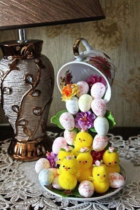 Известная идея декора с парящей чашкой, которая переделана к Пасхе