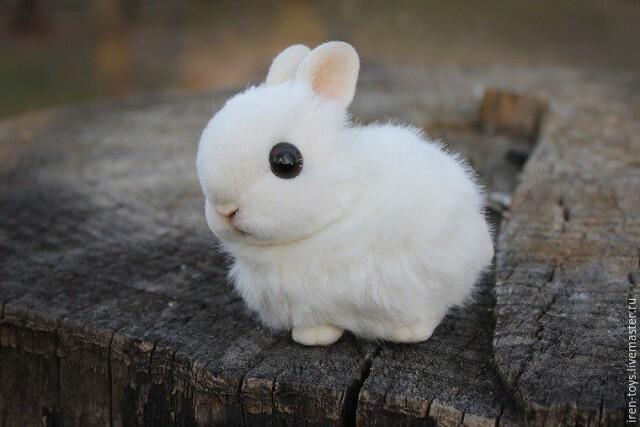 Белоснежный пасхальный кролик в смешанной технике